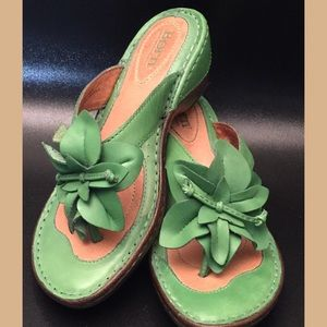BORN GREEN LEATHER SLIP-ON THONG SANDALS